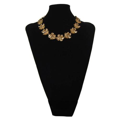 800px_0004s_0011_ines-sainz-collar-flor-paramo-busto