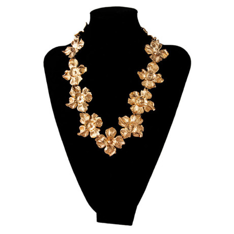 800px_0004s_0011_ines-sainz-collar-petalos-orquidea-busto